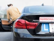 Ein Drittel der angehenden Autolenkerinnen und -lenker versagen bei der praktischen Fahrprüfung. (Symbolbild) (Bild: KEYSTONE/GAETAN BALLY)