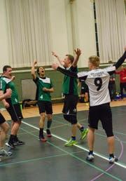 Captain Dany Lutz (links) jubelt mit den Mitspielern des STV St. Gallen nach dem entscheidenden Punktgewinn. (Bild: PD/Marco Bruderer)