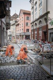 Die Arbeiten in der Kugelgasse haben begonnen: Der Asphalt wird aufgerissen und Pflastersteine werden verlegt. (Bild: Ralph Ribi)