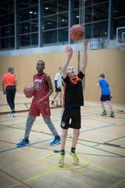 Volle Konzentration: Die Spieler des Special-Basketball-Team feilen an ihrem Wurf. (Bild: Ralph Ribi (Ralph Ribi))