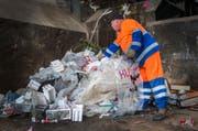 Kunststoffe separat im Kuh-Bag sammeln macht gemäss Untersuchungen der Empa Sinn. (Bild: Andrea Stalder/Archiv)