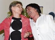 Sekretärin Susi Dreier (gespielt von Irmgard Schildknecht) zusammen mit ihrem Chef Dr. Rolf Kraut (Sepp Lichtensteiger). (Bild: Yvonne Aldrovandi-Schläpfer)