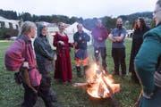 Ein wärmendes Feuer gegen den Regen: An den Highland Games in Abtwil war Improvisationstalent gefragt. (Bild: Hanspeter Schiess)