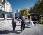 Vor der Tonhalle steht in diesem Jahr kein Olma-Zelt. Dafür gibt es im Food-Wagen selbstkreierte Bratwurst-Burger. (Bild: Benjamin Manser)