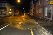 Ein anderer Wasserrohrbruch im Winter 2013, diesmal vor dem Portugiesen-Club Girasol an der Zürcher Strasse 12. Das Wasser fliesst mit grossem Druck aus dem Trottoir und die Zürcher Strasse hinab. (Bild: Stadtpolizei St.Gallen - 29. November 2013)