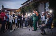 Kunststudent Rüdiger (Oliver Kühn) gibt letzte Instruktionen, bevor das Publikum seinen neu entdeckten Kunstsinn ausprobiert. (Bild: Urs Bucher)