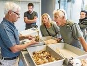Kontrolleur Hanspeter Schumacher macht Pilzsammler auf die Unterscheidungsmerkmale von Pilzarten aufmerksam. (Bilder: Hanspeter Schiess)