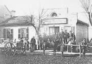 Xaver Suters Geschäft in Marine (Ilinois), er mit Bart und Hut vor dem Eingang (nach links gewandt), Fotografie um 1868.