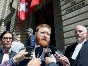 Erwin Sperisen, hier in Begleitung seiner Anwälte Giorgio Campà (links) und Florian Baier (rechts), zeigte sich nach der Urteilseröffnung enttäuscht über den erneuten Schuldspruch. (Bild: KEYSTONE/SALVATORE DI NOLFI)