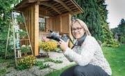 Yvonne Aldrovandi-Schläpfer hält mit der Kamera die Schönheiten ihres Gartens fest. (Bild: Ralph Ribi)