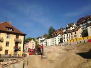 Die Baugrube fürs Projekte Haldenhof zwischen Felsenstrasse und Wassergasse hat beeindruckende Dimensionen. Rund um die sechs Häuser über dem Haldenhof-Bauplatz an der Felsenstrasse zeigen Visiere an, dass sie ebenfalls Neubauten weichen sollen. (Bild: Reto Voneschen)