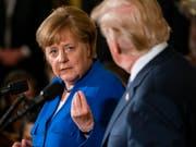 Die deutsche Kanzlerin Angela Merkel und US-Präsident Donald Trump an einer gemeinsamen Medienkonferenz in Washington. (Bild: Keystone/EPA/JIM LO SCALZO)