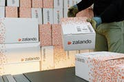 «Unternehmen, die nicht nur hochqualifizierte Mitarbeiter suchen, sind unglaublich wichtig»: Zalando-Pakete im Postzentrum Frauenfeld. (Bild: Steffen Schmidt/Keystone)