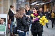 Am 8. März, dem internationalen Frauentag, verteilt auf dem Bärenplatz in St.Gallen die Politische Frauengruppe (PFG) traditionellerweise Mimosen an Passantinnen. Im Bild rechts PFG-Stadtparlamentarierin Andrea Hornstein. (Bild: Michel Canonica - 8. März 2018)