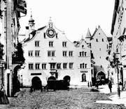 Die Südfassade des alten Rathauses von der Marktgasse her gesehen vor 1865. Rechts ans Rathaus angelehnt, ist der Kanzleianbau zu erkennen. Noch weiter rechts steht das Ira-Tor zum Marktplatz/Bohl.