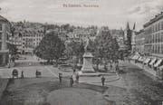 Das Vadian-Denkmal nach 1910. Man beachte die inzwischen ausgebauten Strassen links und rechts am Pärklein vorbei. Noch fehlt der Bau des Restaurants Marktplatz und der Acrevis-Bank. (Bild: Sammlung Reto Voneschen)