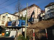 """Die Baustelle des """"Stadthauses"""" an der Wassergasse 53. Links davon das Häuschen Haldenstrasse 23, das ebenfalls bald durch einen Neubau ersetzt werden soll. (Bild: Reto Voneschen)"""