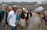 In Bangladesch wird traditionell eine gemässigte Form des Islam gelebt. Auf dem Bild lenkt ein Mann Menschenmassen, die zur jährlichen muslimischen Zusammenkunft Biswa Ijtema in Tongi, nördlich der Hauptstadt Dhaka, strömen. (Bild: A. M. Ahad/AP (Tongi, 13. Januar 2018))