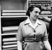 Ein Gespür für Stoffe, Farben und Mode: Berty Fride-Malinsky in ihrem Laden in den 1940er-Jahren.