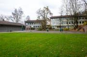 Die Schulanlage Tschudiwies: Vorne die Spielwiese und der Hartplatz, links die Turnhalle und hinten die beiden Gebäude mit den Schulzimmern. (Bild: Coralie Wenger - 15. November 2014)