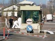 Nach dem Blutbad von 1998 mit zwei Toten: der damalige Tatort am Grenzübergang Klein Venedig – und der Gedenkstein für die ermordeten Zöllner. (Bilder: Christoph Ruckstuhl/KEY, Oliver Hanser)