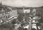 """Die heutige Gestaltung des Marktplatzes geht auf die Jahre 1949 bis 1951 zurück. Damals wurde die neue """"Union"""" und die Marktrondelle gebaut. Hinten sind auf der linken Seite des Bohl das Hotel Hecht und dahinter das alte Stadttheater zu erkennen. Das zweite Hotel am Platz war der """"Gallushof"""". Er ist am linken Bildrand zu sehen. (Bild: Sammlung Reto Voneschen)"""