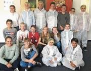 17 Jugendliche der 2. Sekundarschule Erlen schnuppern bei der Bina in Bischofszell in den Betrieb rein. (Bild: PD)
