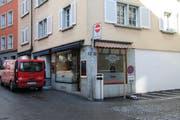 Die Bartolomé-Bar an der Ecke Metzger- und Kirchgasse will expandieren. Dafür will sie die Räume des ehemaligen Jeanshüsli (hinter dem roten Lieferwagen) übernehmen und umbauen. (Bild: Christoph Renn)