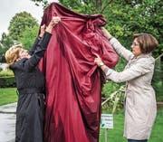 Heidi Grau, Grossrats- und Gemeindepräsidentin, enthüllt mit Regierungsrätin Monika Knill das Klangobjekt «Concerto», ein Werk der Künstlerin Ruth Rüegg aus Halden. (Bild: Thi My Lien Nguyen)
