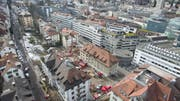 Die Luftaufnahme zeigt die zentrale Lage des Bauprojektes Haldenhof am unteren Bernegghang. Rechts sind die Hochhäuser des Neumarktes, die Hauptpost und dahinter das Hochhaus der Fachhochschule zu erkennen. (Bild: Ralph Ribi - 5. März 2018)