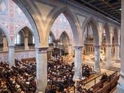 Die Trauergemeinde nimmt Abschied vom Akris-Patron Max Kriemler in der St.Galler Kirche St.Laurenzen. (Bild: Hanspeter Schiess)