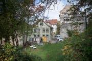 Eine historische Ansicht: Der lange Zeit brachliegende Haldenhof vor dem Beginn der Abbrucharbeiten. Das Haus mit der grünlichen Fassade ist der Haldenhof 2/4, rechts davon ist die Liegenschaft Felsenstrasse 60/62 zu erkennen. (Bild: Ralph Ribi - 15. Oktober 2014)