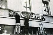 Vor Weihnachten 1997 werden die Leuchtbuchstaben «Die Ostschweiz» am Zeitungsgebäude in der St.Galler Innenstadt abmontiert.