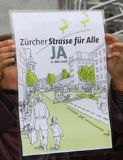 Ein Flugblatt der Befürworterinnen und Befürworter: Erinnerung an den Abstimmungskampf über die Neugestaltung der Zürcher Strasse im Jahr 2006. (Bild: Reto Voneschen - 1. September 2012)
