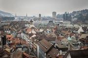 Blick über die Dächerlandschaft der St.Galler Altstadt Richtung Westen vom Turm der Kirche St.Laurenzen aus. (Bild: Benjamin Manser - 15. März 2016)