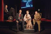 Alexandre Pellichet, Simone Stahlecker und Matthias Peter üben sich im «Kulissenklatsch»; Urs Gühr begleitet sie am Klavier. (Bild: pd)