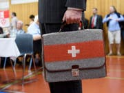 """Für eine """"unabhängige und neutrale Schweiz"""": Auns-Sympathisant mit Aktentasche an der 33. Mitgliederversammlung in Bern. (Bild: Keystone/ANTHONY ANEX)"""