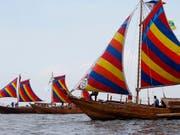 """Drei Nachbauten der historischen """"Balangay""""-Holzboote haben sich von den Philippinen auf den Weg nach China gemacht. (Bild: KEYSTONE/AP/BULLIT MARQUEZ)"""