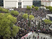 Tausende demonstrieren vor dem Justizpalast in Pamplona gegen ein ihrer Meinung nach zu mildes Missbrauchs-Urteil. (Bild: KEYSTONE/EPA EFE/VILLAR LOPEZ)