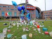 Kerzen und Ballone vor dem Kinderspital Alder Hey in Liverpool, wo Alfie behandelt worden war. (Bild: KEYSTONE/AP PA/PETER BYRNE)