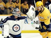 An ihm rieben sich Nashvilles Spieler (wie hier Viktor Arvidsson) auf: Winnipegs Goalie Connor Hellebuyck (Bild: KEYSTONE/AP/MARK HUMPHREY)