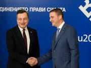 Der bulgarische Finanzminister Wladislaw Goranow (rechts) begrüsst den Chef der Europäischen Zentralbank EZB, Mario Draghi, in Sofia. (Bild: KEYSTONE/EPA/VASSIL DONEV)