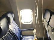 Beim Zwischenfall zerfetzten Trümmer aus dem Triebwerk das Fenster der Southwest-Maschine. Eine Frau starb, mehrere Passagiere wurden verletzt. (Bild: KEYSTONE/AP Marty Martinez)