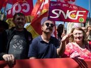 Der Arbeitskampf wird begleitet von Kundgebungen des SNCF-Personals und der Gewerkschaften. (Bild: KEYSTONE/EPA/IAN LANGSDON)