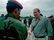 Der damalige Präsident von Guatemala, Alvaro Arzu, beim Händeschütteln mit einem Militäroffizier bei einer Zeremonie in Guatemala-Stadt im Jahr 1997. (Bild: KEYSTONE/AP/MOISES CASTILLO)