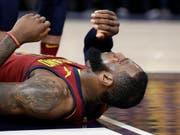 Kassierte mit den Cleveland Cavaliers eine Klatsche und zog sich in dieser Szene noch einen Cut zu: Superstar LeBron James (Bild: KEYSTONE/AP/DARRON CUMMINGS)