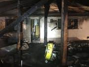 Beim Brand im Unterstand eines Chalets in Savièse VS entstand erheblicher Sachschaden. (Bild: Kantonspolizei Wallis)