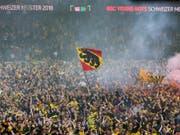 Bern ist aus dem Häuschen: Überglückliche YB-Fans feiern im Stade de Suisse frenetisch den Meistertitel ihres Fussballclubs. (Bild: Keystone/PETER KLAUNZER)