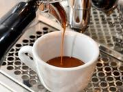 Einer Russin ist der Halt für Kaffee und Kuchen in einem Imbiss in Dietikon ZH teuer zu stehen gekommen. (Symbolbild) (Bild: KEYSTONE/WALTER BIERI)