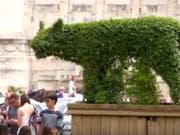 Das soll ein neues Wahrzeichen Roms sein: La Lupa Capitolina, die kapitolinische Wölfin, welche die Stadtgründer Romulus und Remus säugt. Die armen Kinder scheinen halb verhungert und sind kaum zu erkennen und die tierische Amme lässt sich keiner Gattung zuordnen. (YouTube) (Bild: YouTube)